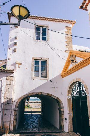 Porte dans la vieille ville de Lagos