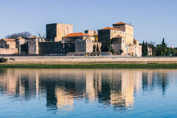 Vue sur la vieille ville de Faro depuis la Ria Formosa