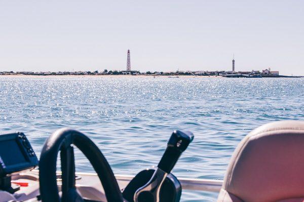 Vue sur le phare de Faro depuis le bateau