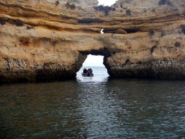 Sortie en bateau dans une grotte naturelle en Algarve