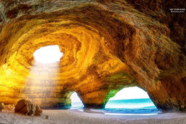 La grotte de Benagil vue de l'intérieur, et accessible uniquement par bateau