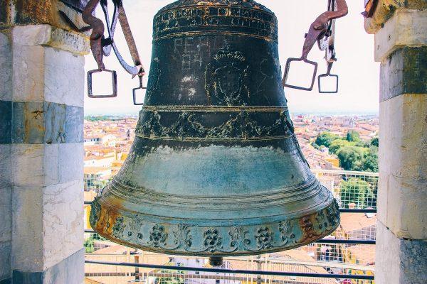 Une cloche en haut de la tour de Pise