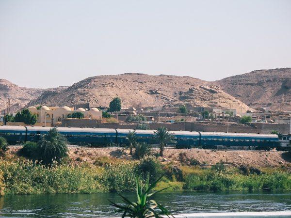 Le train sur les rives du Nil entre Assouan et Louxor