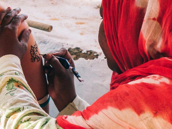 Tatouage au henné dans un village nubien près d'Assouan
