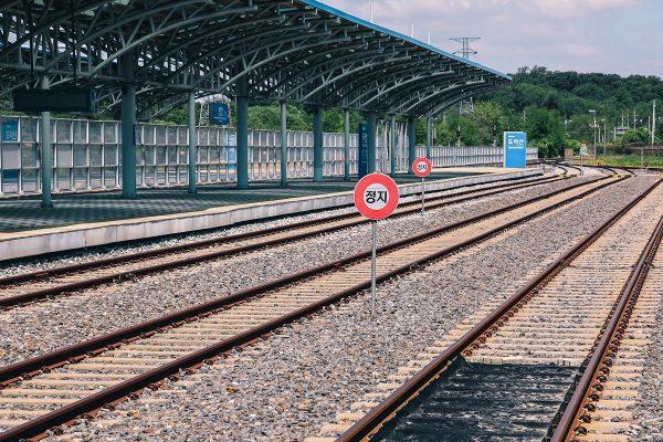 Les rails au niveau du quai de la gare Dorasan