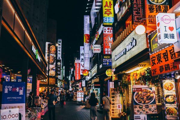 Visiter Séoul et ses enseignes lumineuses en soirée