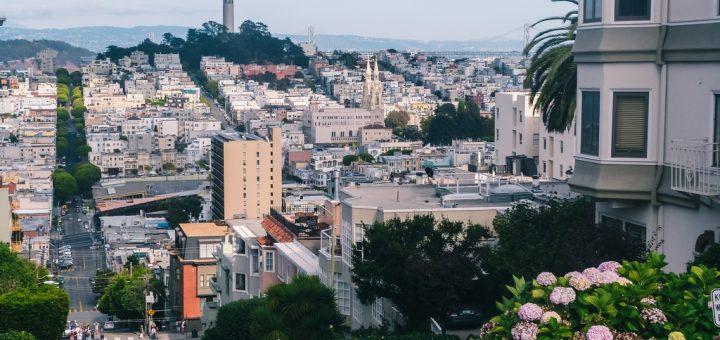 Vue sur Francisco depuis le haut de la Lombard Street