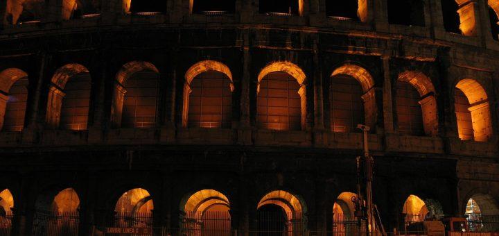 Le Colisée de Rome éclairé de nuit