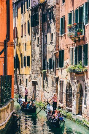 Gondoles sur un canal à Venise