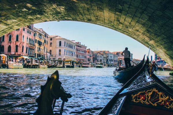 Sous le pont du Rialto, en gondole à Venise