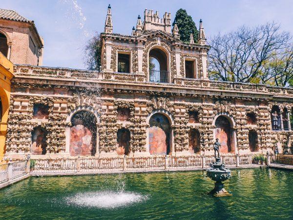 Un bassin dans les jardins de l'alcazar de Séville
