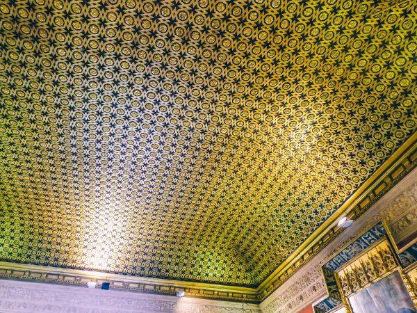 Plafond dans un palais de l'alcazar de Séville