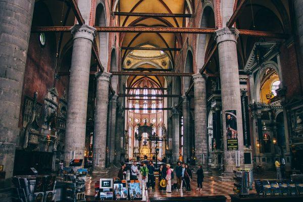 Visite de l'intérieur d'une église à Venise