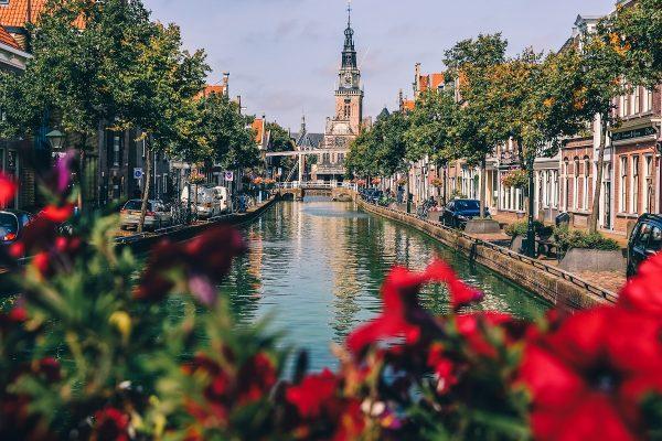 Un canal à Alkmaar, ville à visiter aux Pays-Bas
