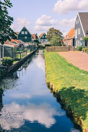 Un canal dans Marken aux Pays-Bas