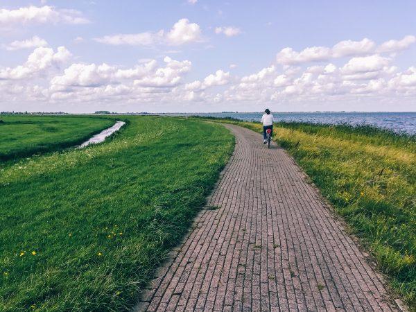 Piste cyclable sur la péninsule de Marken