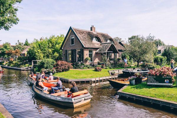 Les canaux du village de Giethoorn aux Pays-Bas