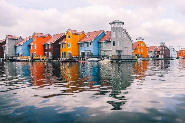 Maisons colorées dans un quartier moderne de Groningen aux Pays-Bas