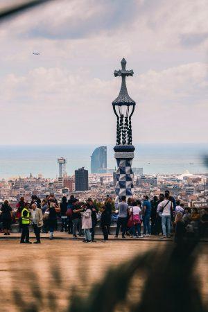 La place du parc Guëll avec le panorama sur Barcelone