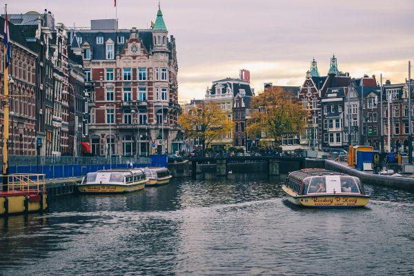Vue depuis un bateau de croisière à Amsterdam