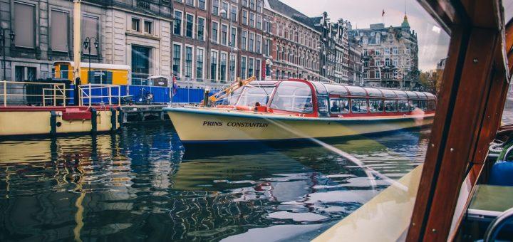 Dans un bateau de croisière sur les canaux d'Amsterdam
