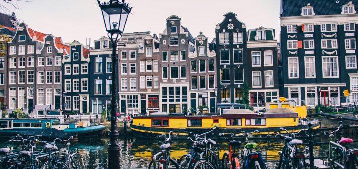 Façades de maisons que l'on rencontre durant la visite d'Amsterdam