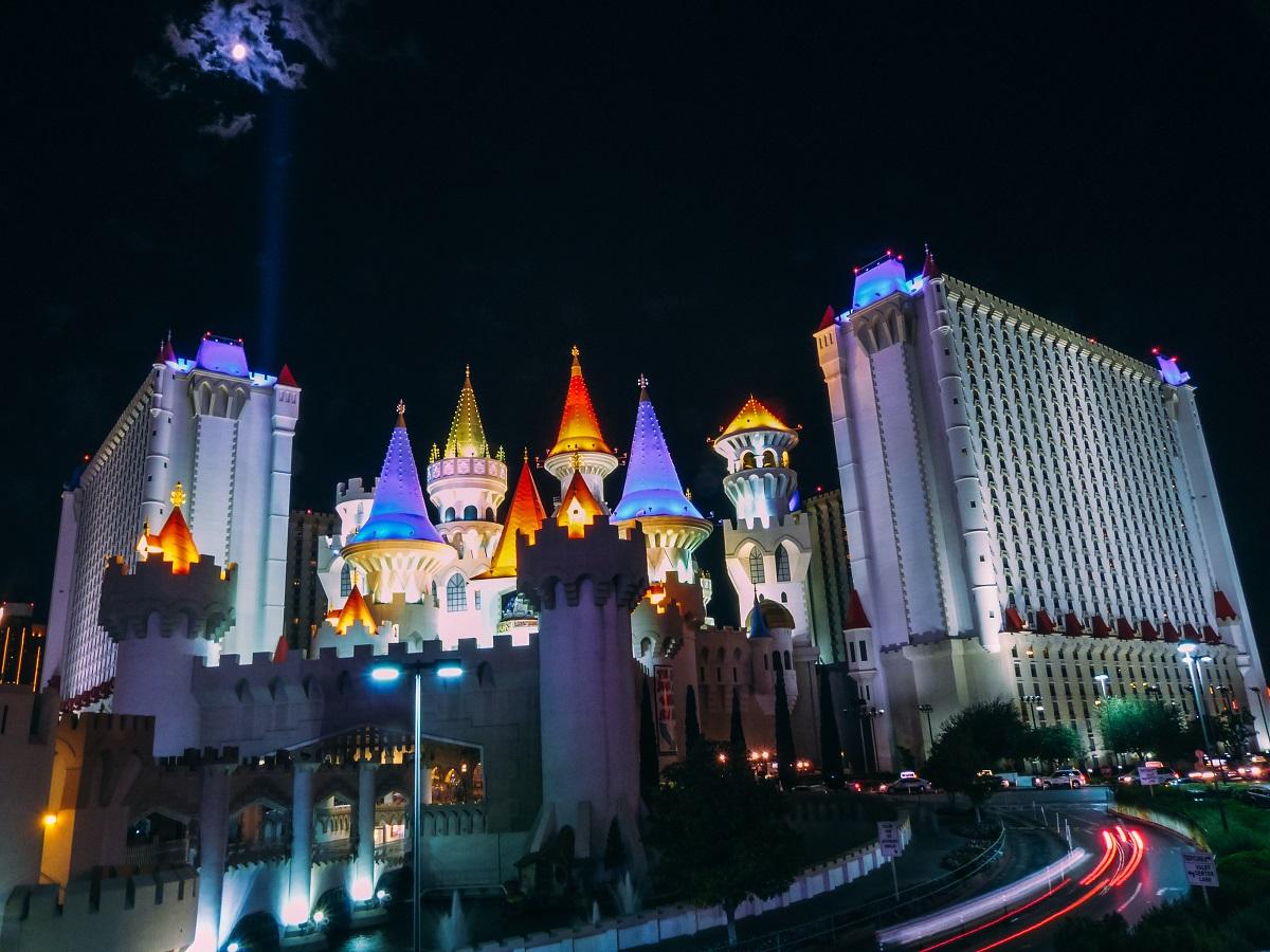 Hôtel Excalibur de Las Vegas éclairé de nuit
