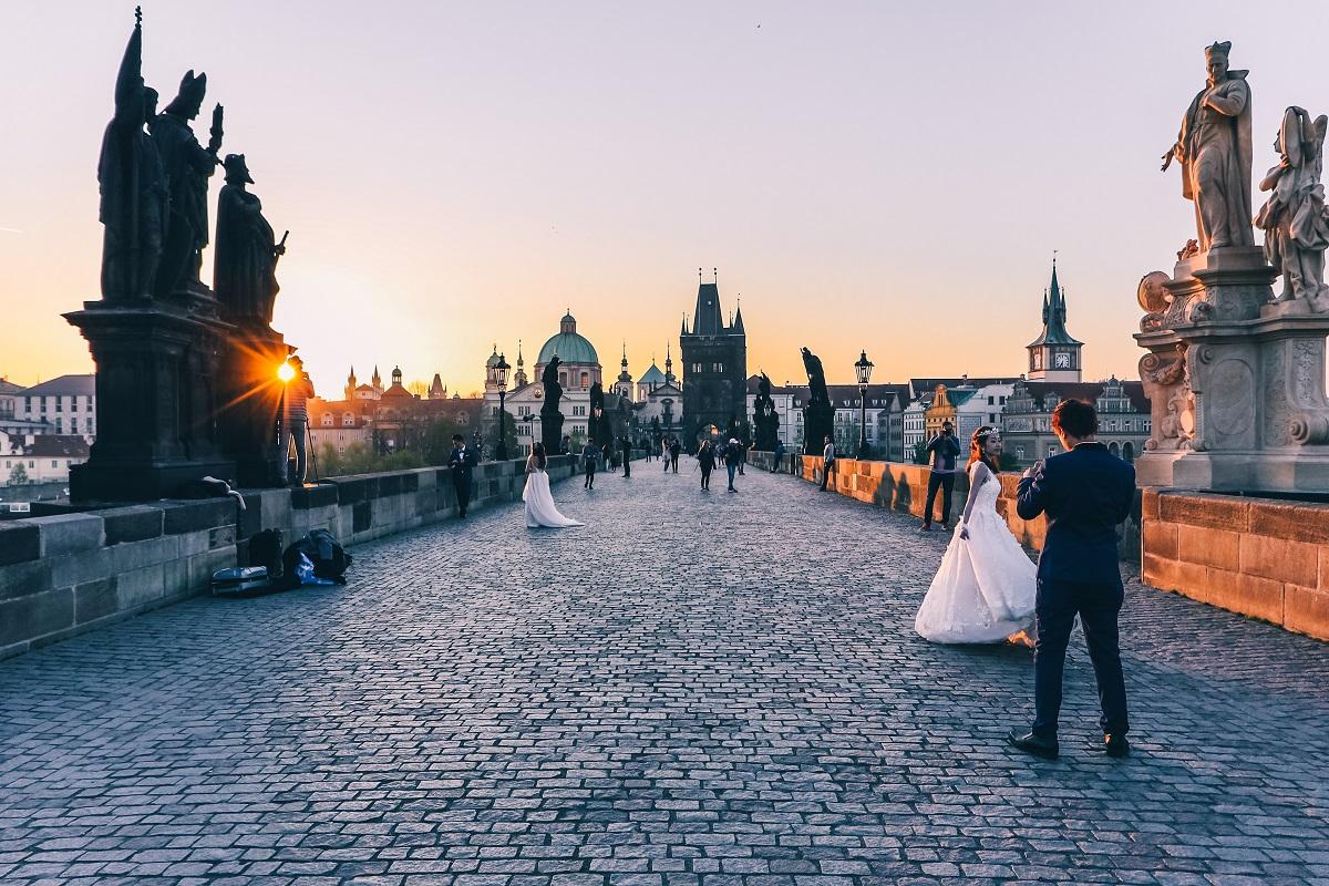 Pont Charles de Prague au lever de soleil