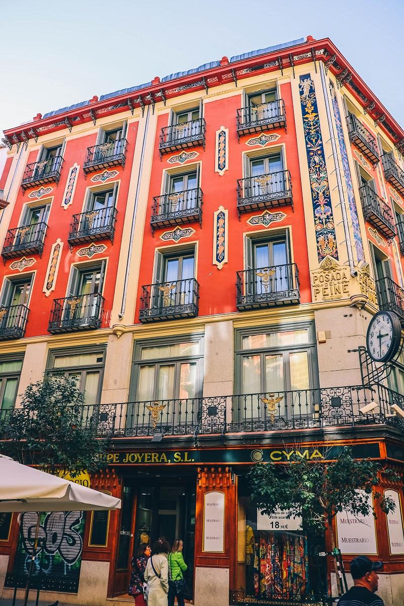 Bâtiment coloré dans le centre-ville de Madrid