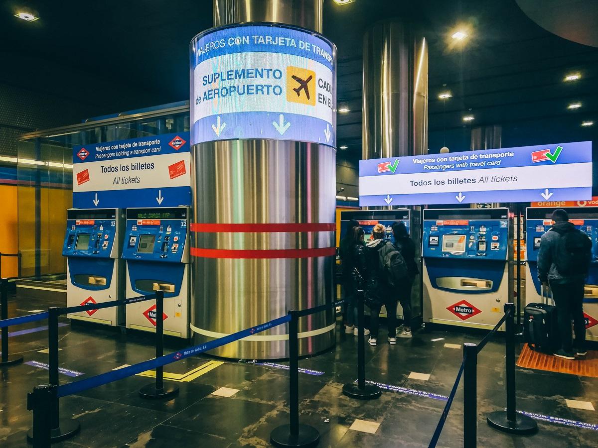 Bornes pour le métro à l'aéroport de Madrid