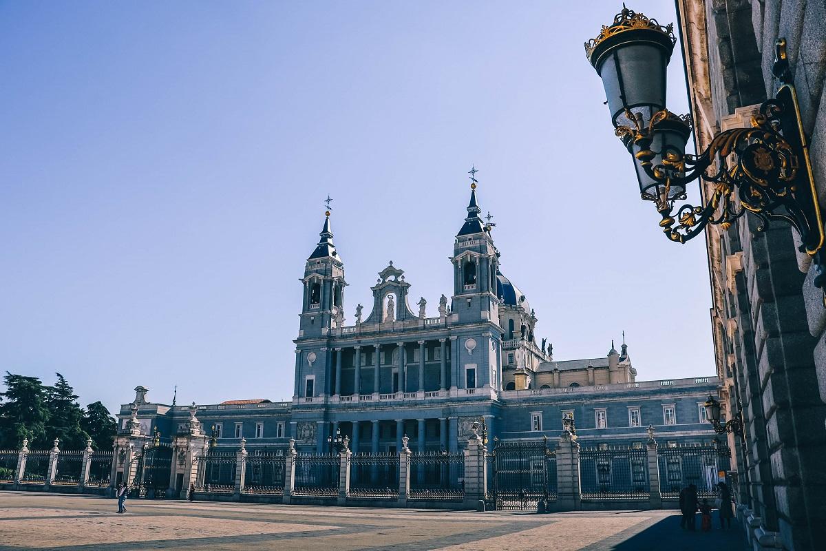 Cathédrale de Madrid vue depuis la cour du Palais Royal