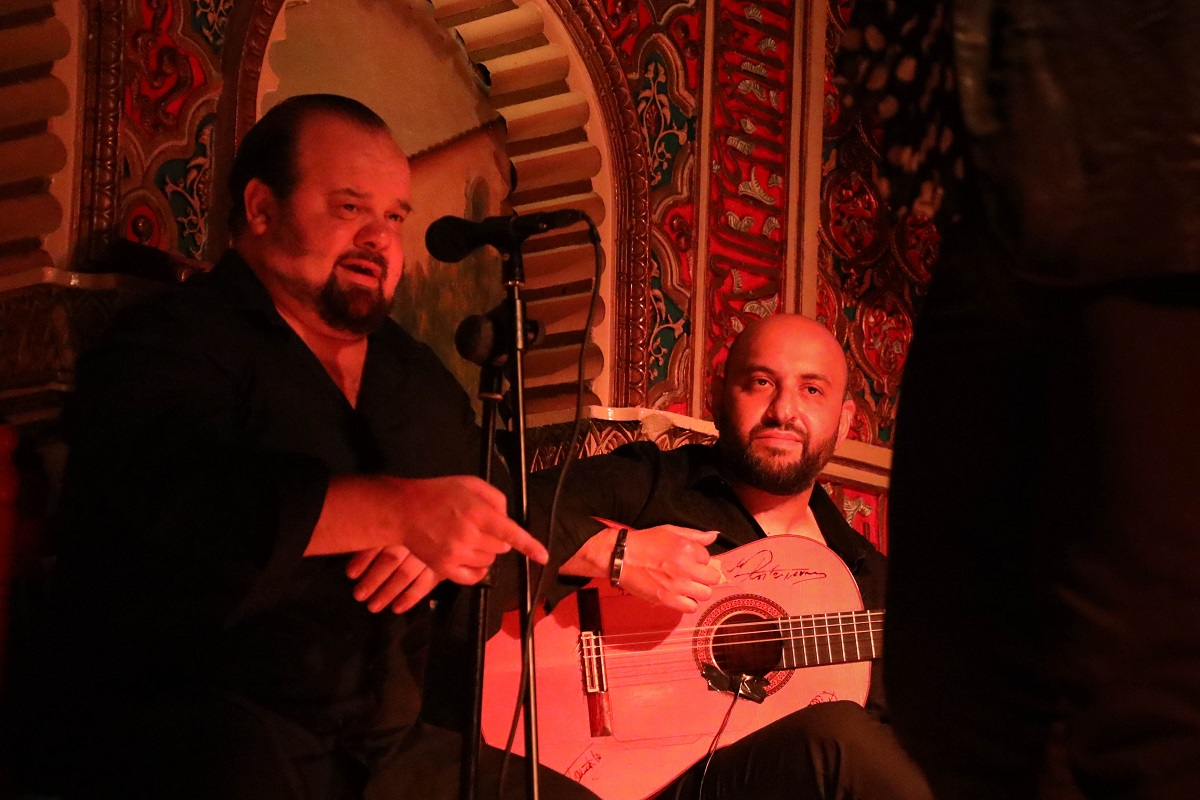 Chanteur et guitariste de flamenco
