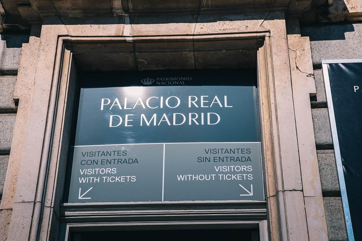 Files d'attente différentes pour visiter le Palais Royal de Madrid