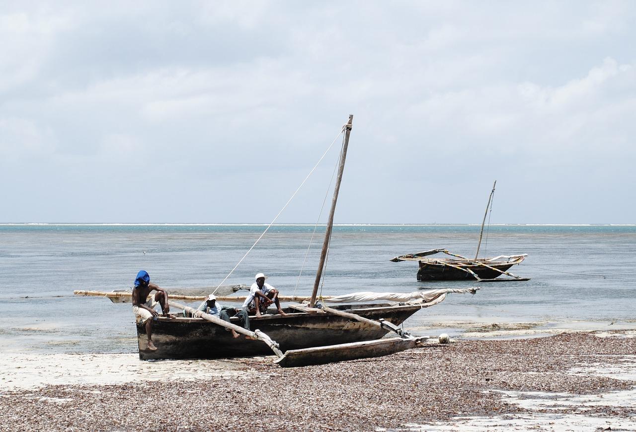 Sur la plage de Mombasa, en fin de circuit au Kenya
