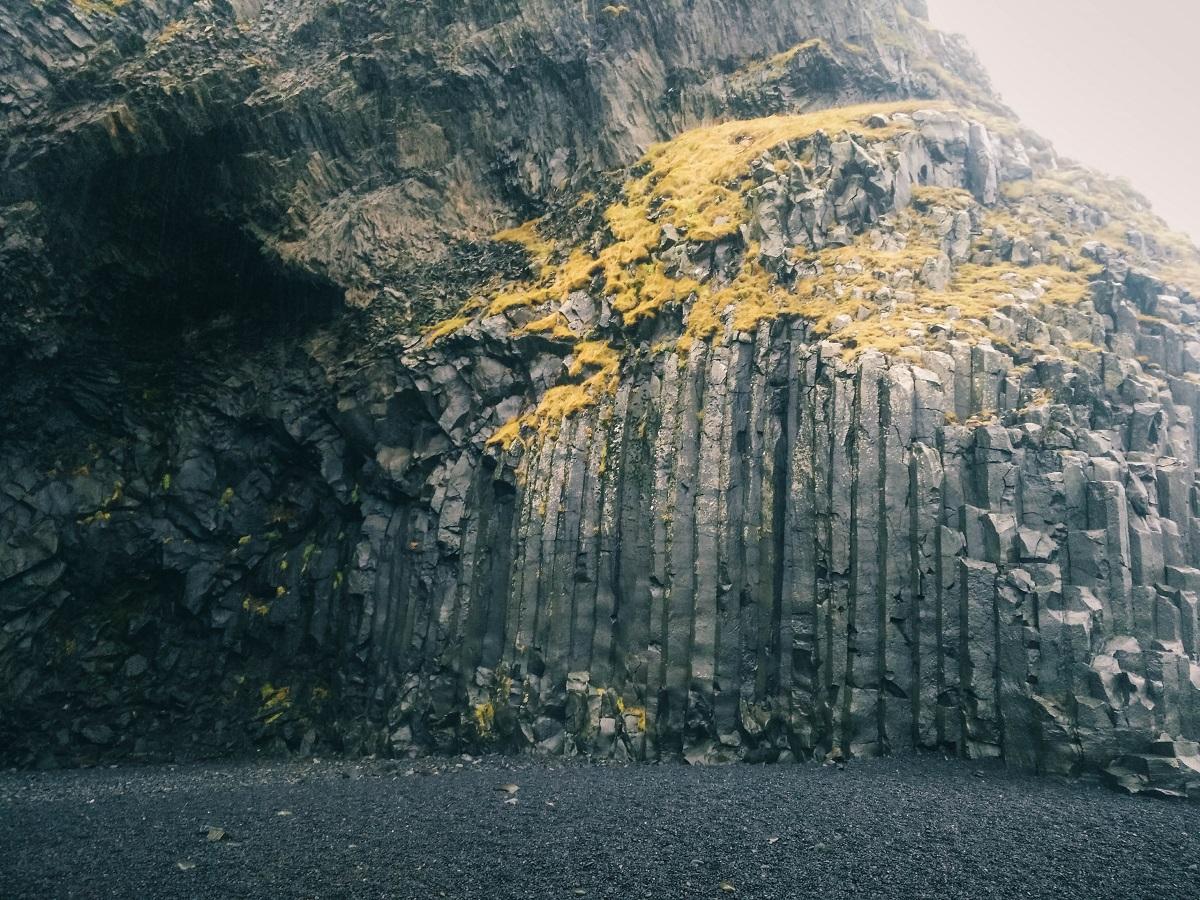 Colonnes de basalte sur la plage de Reynisfjara à Vik
