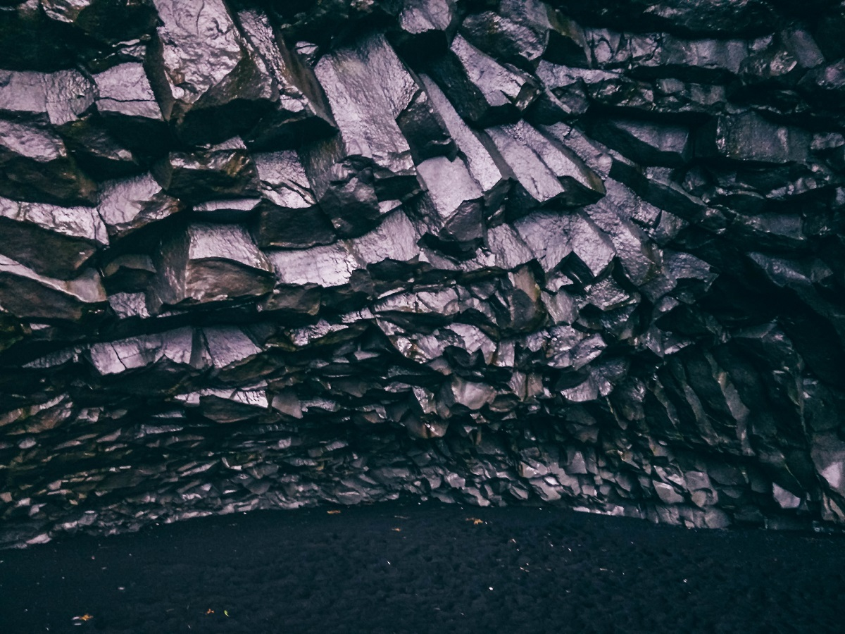 Dans une cave sur la plage de sable noir de Vik