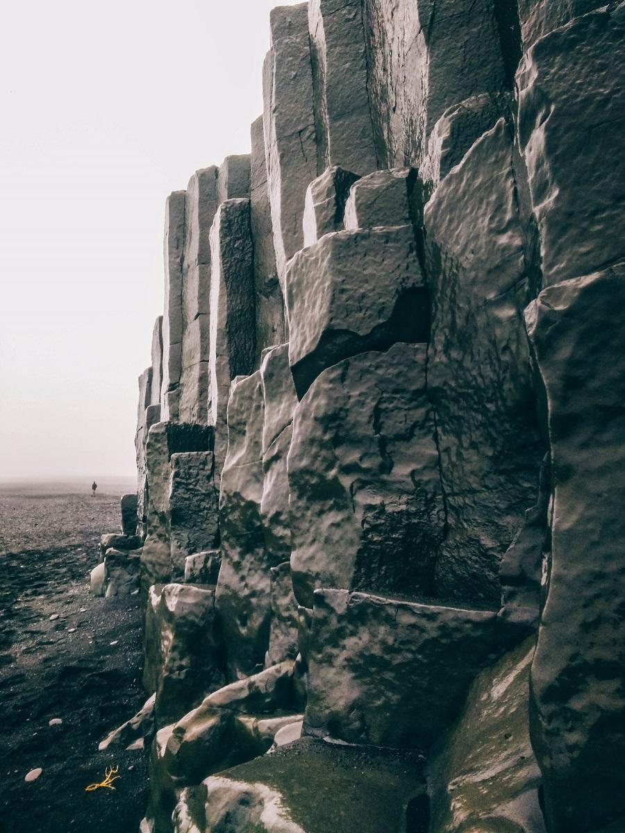 Colonnes de basalte sur la plage de Reynisfjara près de Vik