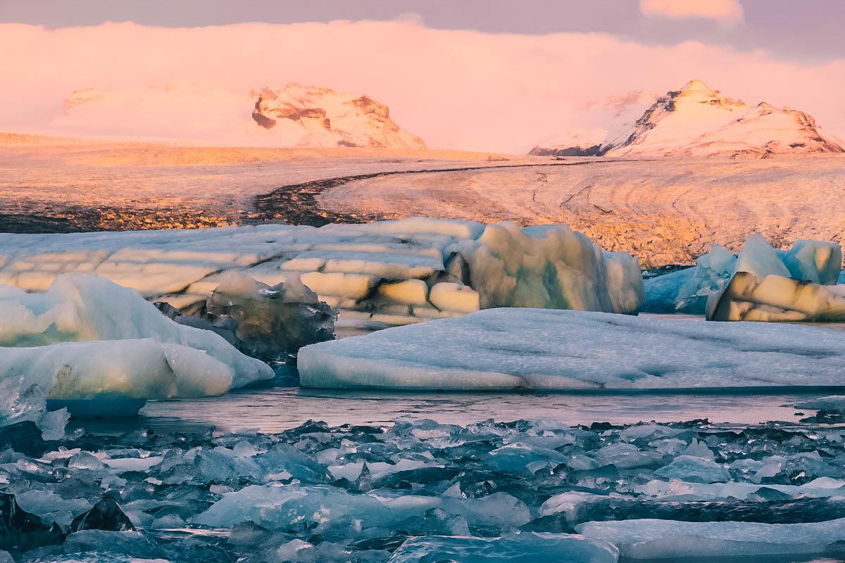 Couleurs du coucher de soleil sur le lagon de Jokulsarlon en Islande