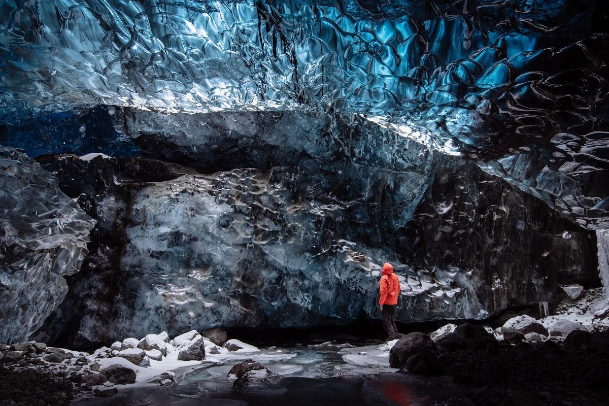Dans une grotte de glace près de Jokulsarlon en Islande