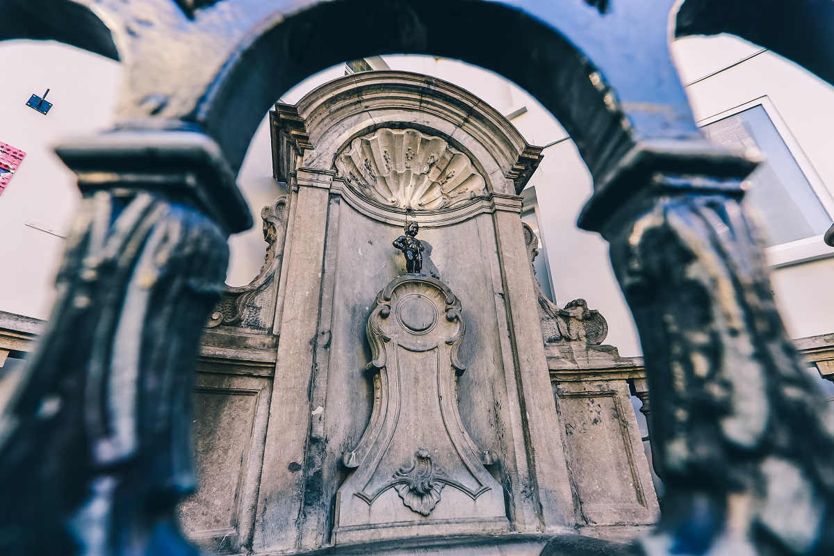 Le Manneken-Pis de Bruxelles derrière sa grille de protection
