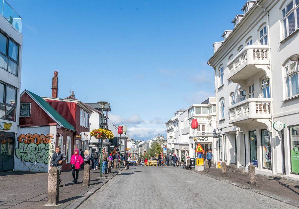 Rue commerçante dans le centre-ville de Reykjavik