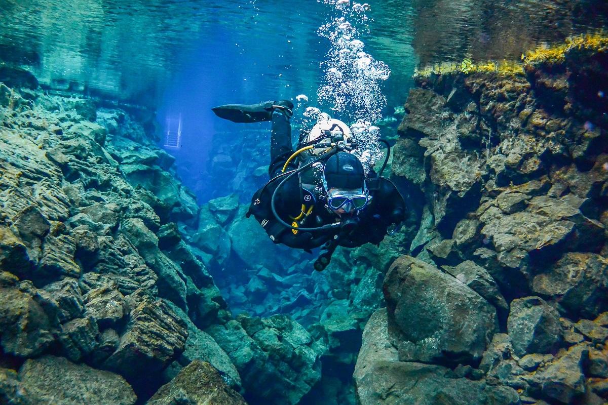 Plongée sous-marine dans la faille de Silfra dans le cercle d'or