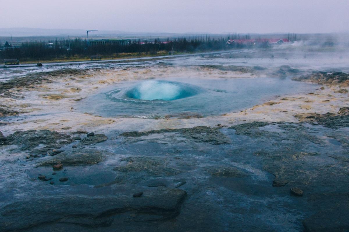 Le geyser de Strokkur dans le cercle d'or en Islande