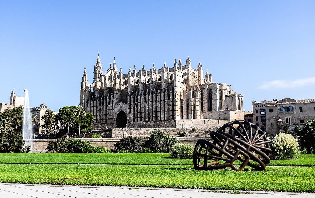 Vue sur la cathédrale de Palma depuis le parc de la Mar