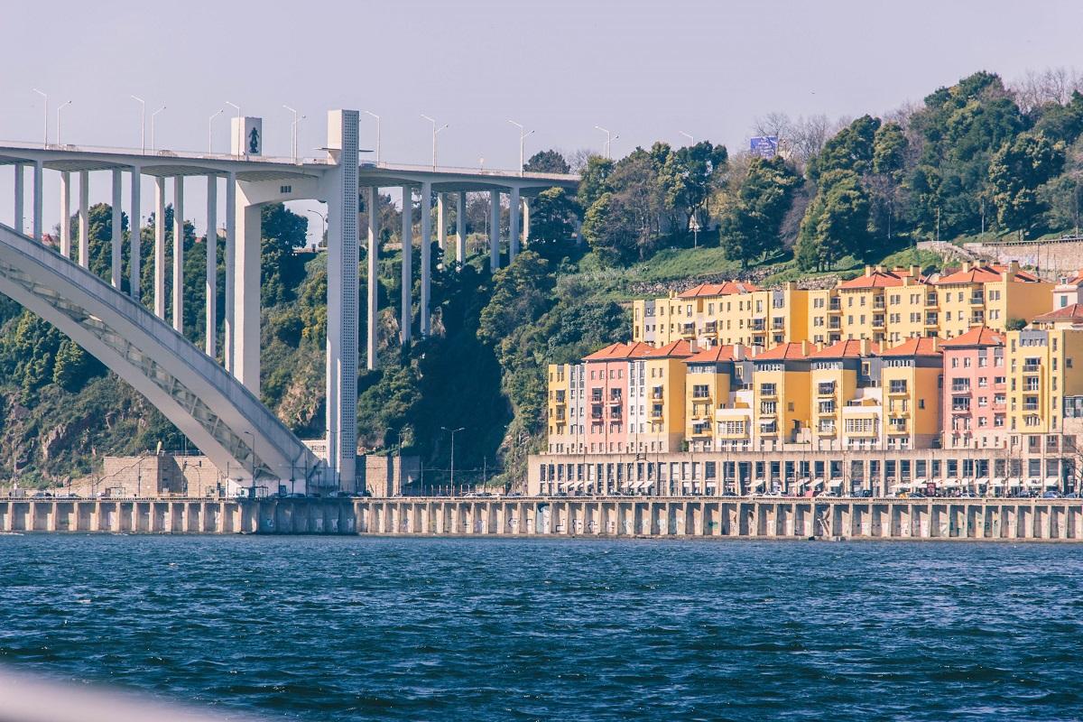 Le pont Arrabida près de Porto, l'un des ponts de la croisière des 6 ponts