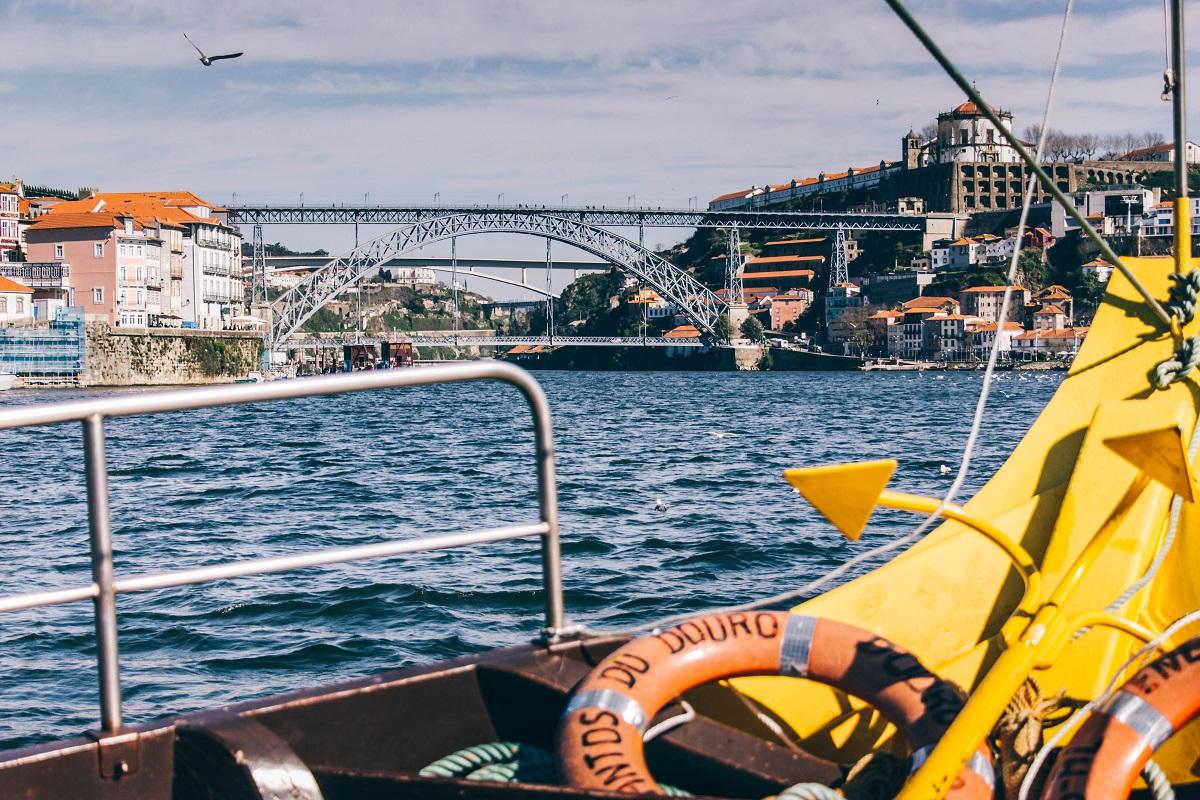 Vue sur le Ponte Luis de Porto depuis la croisière en bateau sur le Douro