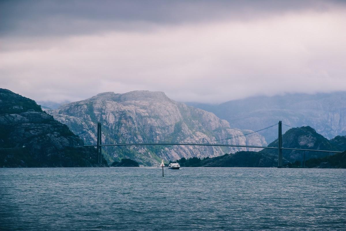 Sur le fjord du Lysefjord en Norvège