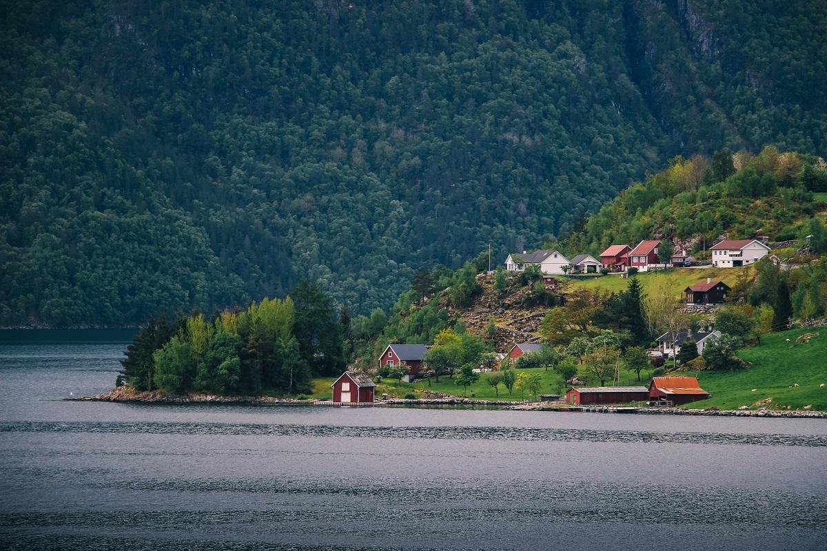 Maisons au bord d'un fjord en Norvège