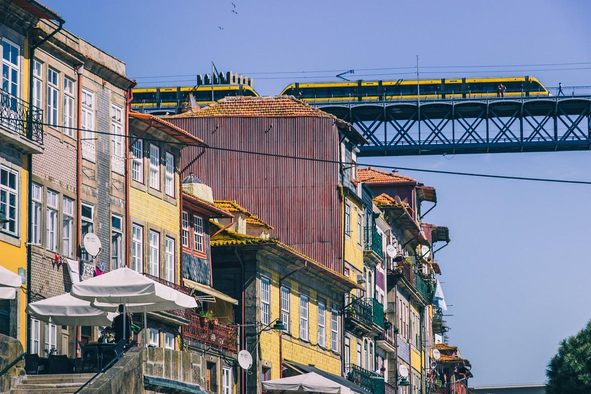 Le métro à Porto, au-dessus du quartier de la Ribeira