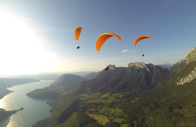 Parapente au-dessus du lac d'Annecy